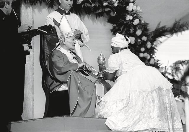 No alto, o fotógrafo Evandro Teixeira; acima, foto pertinente neste momento de intolerância religiosa: o Papa João Paulo II em sua segunda visita ao Brasil, em 1991, em encontro ecumênico, na Bahia / Foto: Evandro Teixeira e divulgação