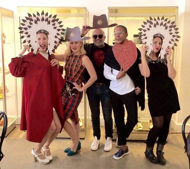 O show room de Charlotte Olympia foi uma festa: Paula Saady, a própria Charlotte, Paulo Pereira, Abraão Ferreira e Júlia Morales / Foto: divulgação