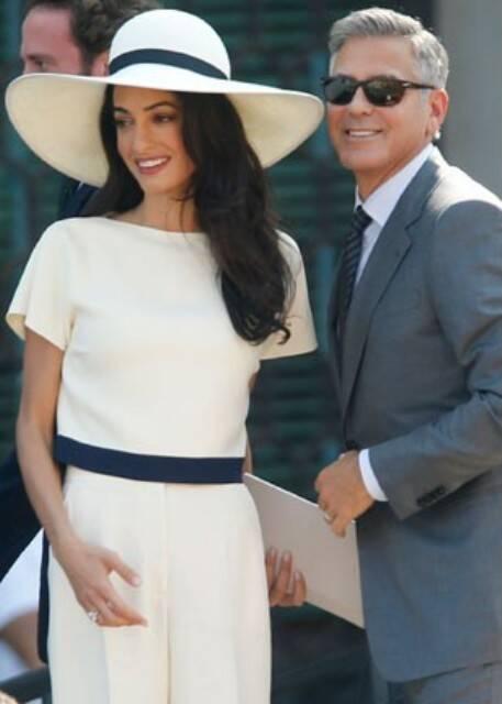 George Clooney e sua mulher, Amal Alamuddin, chegando para a cerimônia do casamento civil, em Veneza, nesta segunda-feira (29/09) / Foto: Luca Bruno - AP)