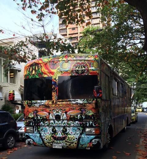 O ônibus psicodélico, com o nome do roqueiro Serguei e placa do Texas, circulou nessa sexta-feira pelo Leblon / Foto: do leitor