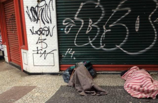 Mendigos na rua: cena comum para quem transita pelo Leblon, um dos bairros de IPTU mais alto do Rio / Foto do leitor