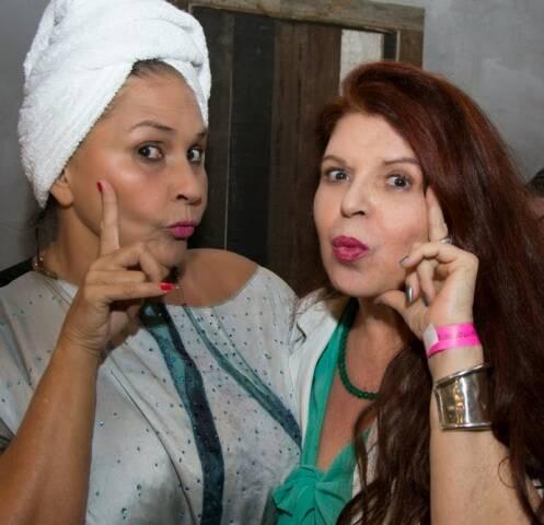 A energia de Fafá no  palco e, acima, depois do show, fazendo pose de perua com Leiloca Neves / Fotos: Daniel Marques
