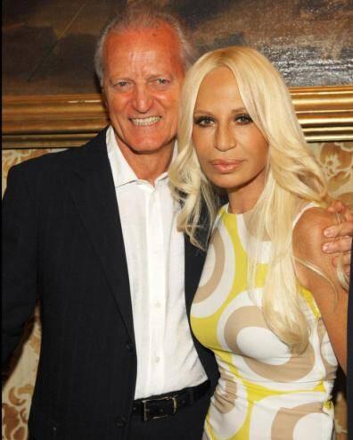 Os irmãos Santo Versace, presidente da marca, e Donatella Versace, diretora criativa / Foto: reprodução da internet