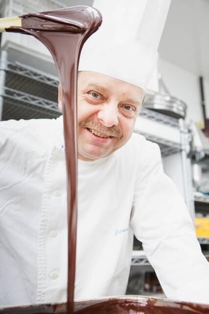 O chef pâtissier Dominique Guerin tem a dura missão de escolher o melhor mestre chocolateiro do país / Foto: Amanda Nunes