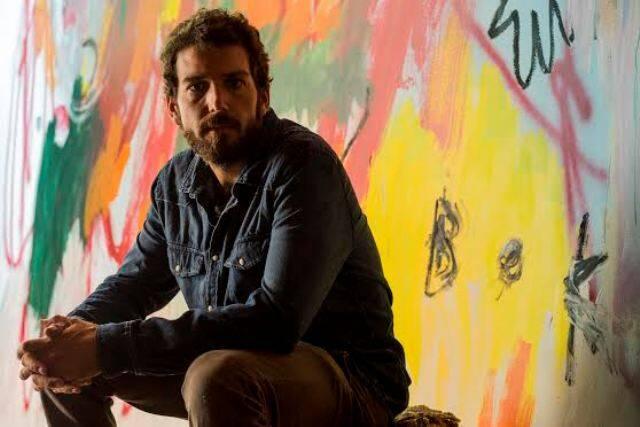 """No alto, o trabalho """"1.200 Likes"""", de Herbert Sobral, que faz parte do livro e da exposição; acima, o artista Antonio Bokel"""