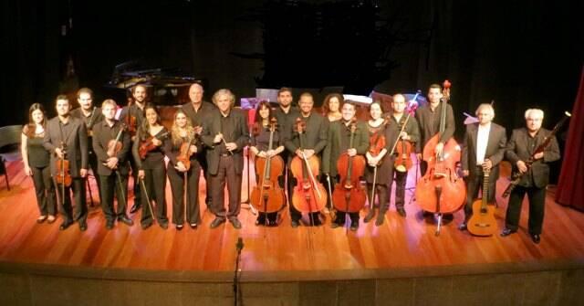 No alto, o maestro Alexandre Schubert e Denise Emmer; acima, a Camerata Dias Gomes reunida / Fotos: divulgação