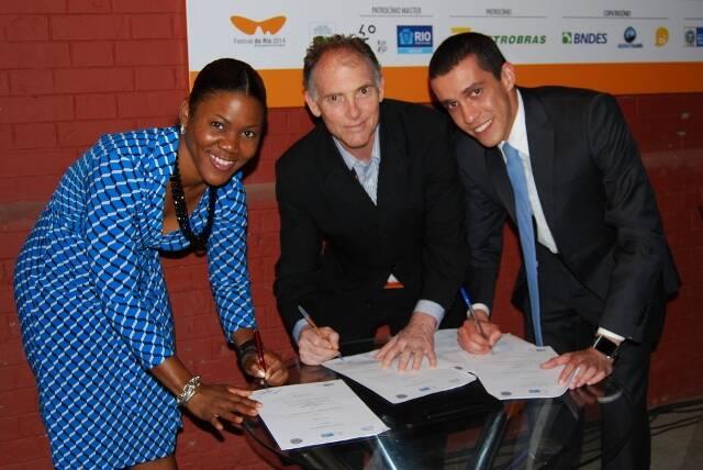Candace Byrd, pela Prefeitura de Atlanta, Steve Solot, pela Rio Film Comission, e Felipe Marrom, representando a RioFilme, assinaram o acordo entre o Rio e a cidade americana / Foto: divulgação