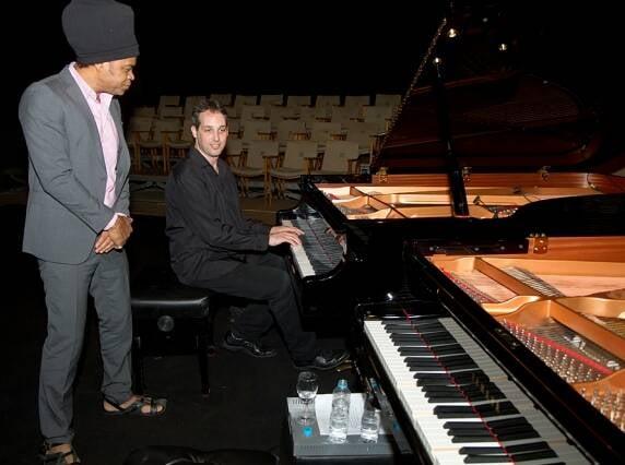 Carlinhos Brown foi observar de perto os dois pianos de David Feldman, que já tocou nos seus shows / Foto: Alexandre Moreira