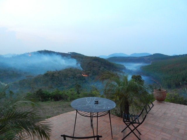O fogo já chegou a Simão Pereira, Minas Gerais: da varanda da fazenda de Marzio Fiorini, são muitos os focos de incêndios avistados / Foto: Marzio Fiorini