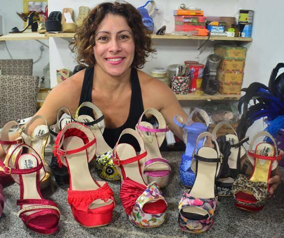A estilista de sapatos Bárbara Malhano cria suas peças sem desenhos pré-estabelecidos, num trabalho artesanal / Foto: divulgação