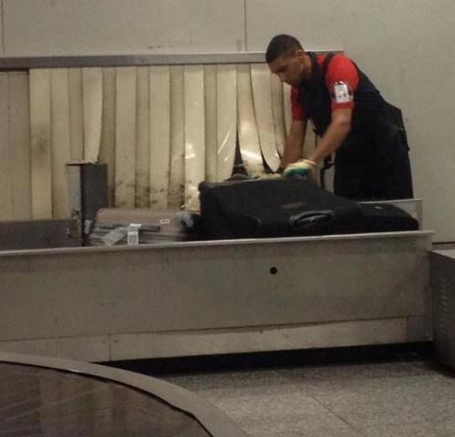 Galeão: problema para receber bagagens - até que acionaram o serviço e um cara do aeroporto foi lá consertar