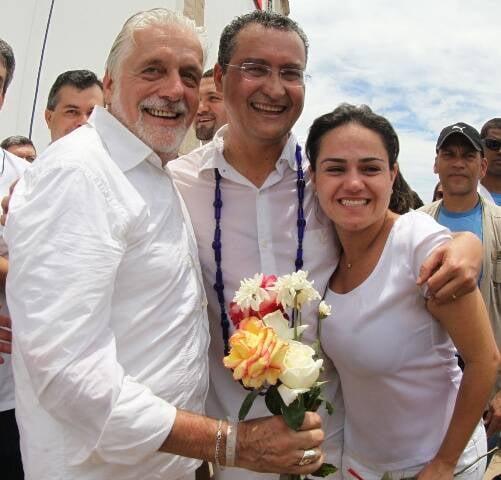Jaques Wagner, o governador eleito da Bahia, Rui Costa, e a mulher dele, Aline Peixoto / Foto: divulgação