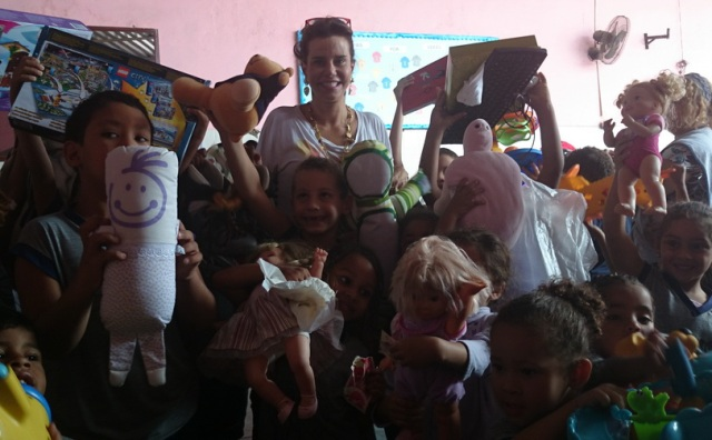 Narcisa Tamborindeguy: visita ao Orfanato Lar de Narcisa, nessa terça-feira (07/10)., com muitos beijos distribuídos