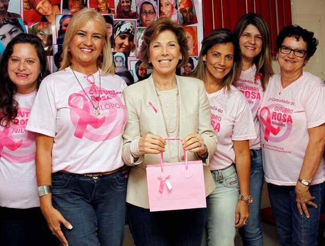 Maria Lúcia Horta Jardim, ao centro, participou da campanha Outubro Rosa na OAB de Nilópolis, com representantes de ONGs locais / Foto: Eny Miranda