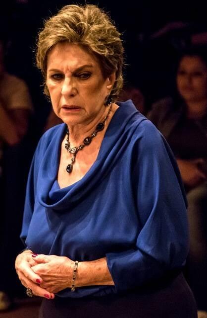"""Suzana Faini em cena como a avó judia e controladora da peça """"Silêncio!"""", de Renata Mizrahi / Foto: Renato Mangolin"""