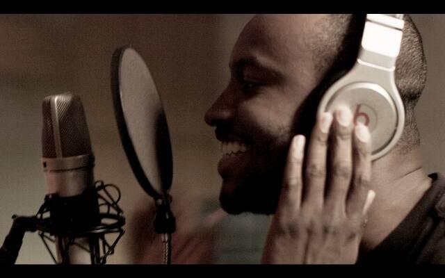 """O sambista Thiaguinho no programa para o canal do YouTube do rapper Dr. Dre, cantando a música-chiclete """"Caraca, Muleke!"""" / Foto: divulgação"""
