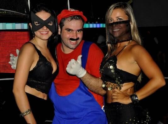 Os tequileiros da festa: clones de Tiazinha, Mario Bros e da Feiticeira / Foto: divulgação