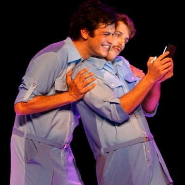 """Na peça """"Selfie"""", Mateus Solano contracena  com Miguel Thiré, que vive 11 personagens / Foto: Vitor Zorzal"""