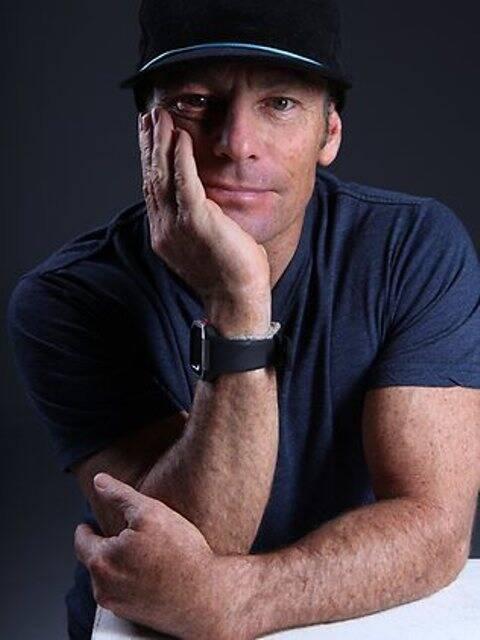 Tom Carroll vai dar autógrafos da sua autobiografia no jantar para convidados na Barra, terça-feira / Foto: divulgação