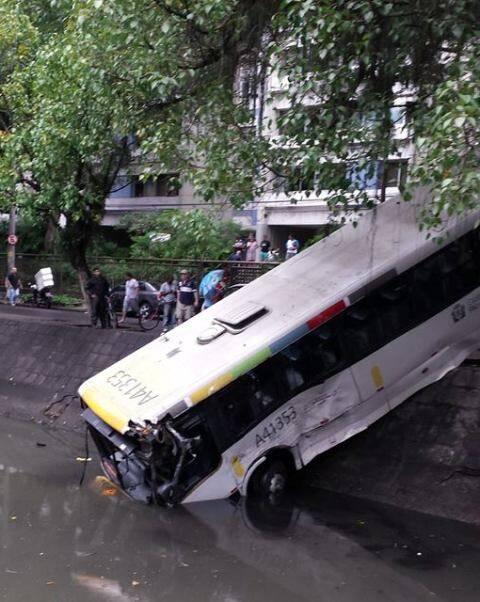 O ônibus emborcado no canal da Visconde de Albuquerque, depois do acidente desta manhã de sábado / Foto: Lúcia Chamma