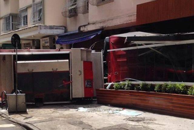 Copacabana: caminhão do Corpo de Bombeiros virou na pista, esquinas de Nossa Senhora de Copacabana e Xavier da Silveira, atingindo uma lanchonete / Foto: Ricardo Stambowsky