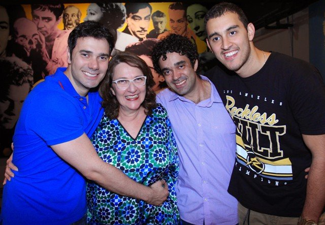 Rosane entre os filhos Yuri, Kauê e Daniel: comédia fica em cartaz, no Teatro dos Grandes Atores, até dia 21 de dezembro / Foto: Vera Donato