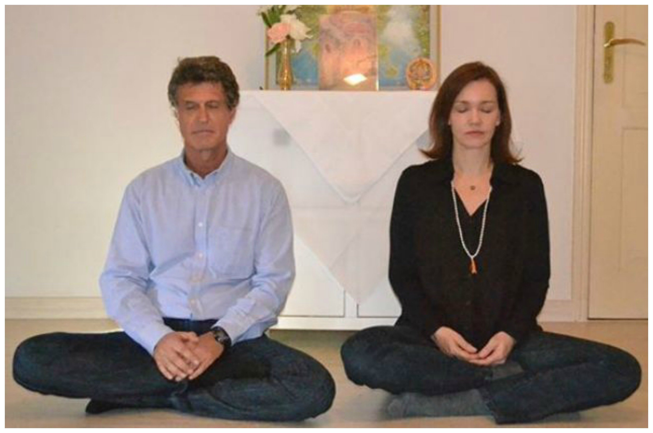 Klebér Tani meditando com uma de suas alunas, a atriz Julia Lemmertz / Foto: divulgação
