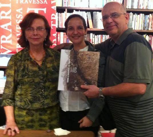 Lia do Rio entre os editores Lisiane Mutti e Nelson Ricardo Martins na Livraria da Travessa, em Ipanema