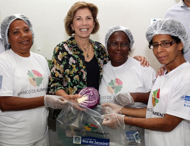 Maria Lúcia Jardim com algumas funcionárias da Ceasa: Maria Lúcia Horta Jardim foi ver de perto o funcionamento do programa Banco de Alimentos, que combate o desperdício no Rio / Foto: Eny Miranda