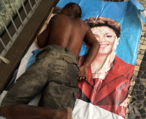 """Foto assinada pelo ator Aloisio de Abreu: """"Acredito que o rapaz tenha pego a imagem da presidente para fazer sua cama e deitar em berço esplêndido"""