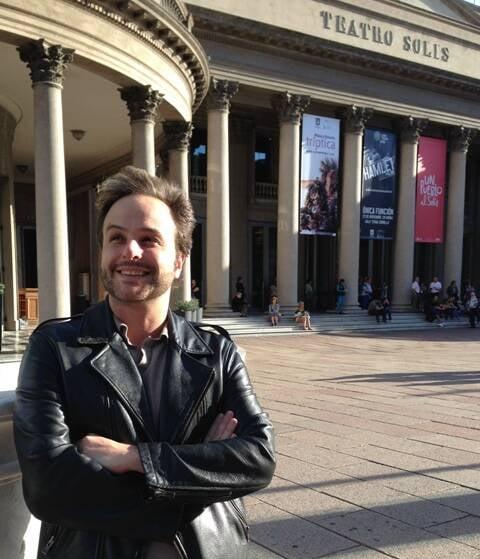 """O maestro e compositor André Heller-Lopes em frente ao Teatro Solis, em Montevidéu, onde vai ser montada a ópera """"Ariadne em Naxos"""" / Foto: divulgação"""