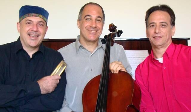 O gaitista Staneck, Ricardo Santoro e o pianista Flávio Augusto: trio musical exótico / Foto: divulgação