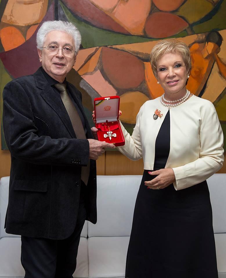 Aguinaldo Silva e Marta Suplicy: a Ministra da Cultura, uma das musas do novelista, entregou ao escritor a Ordem do Mérito Cultural do Governo brasileiro, no grau de Comendador / Foto: reprodução Internet