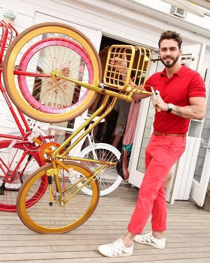 Lorenzo Martone na foto com as bicicletas que vão chegar à NK Store carioca nesta terça-feira (25/11) / Foto: divulgação
