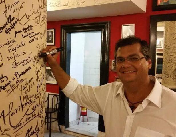 Flávio Dino: novo Governador do Maranhão, na Fiorentina, em Copacabana, e fez questão que o político assinasse a 'coluna da fama' / Foto: divulgação