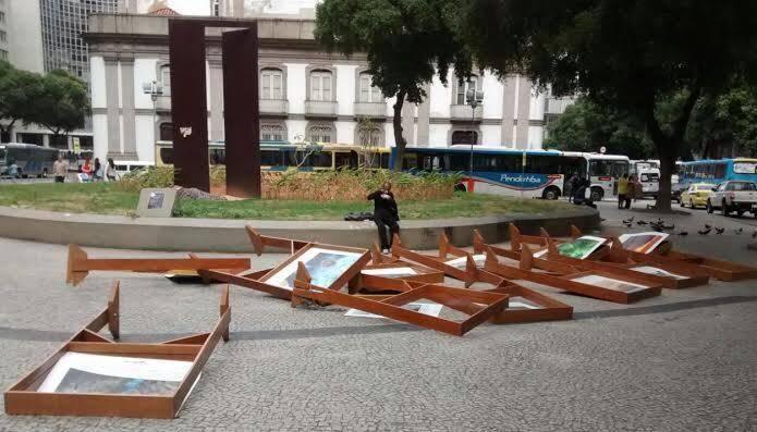 """""""Água"""": a exposição que estava na Praça da Candelária, no Rio, foi retirada do local depois que vândalos destruíram as gravuras"""