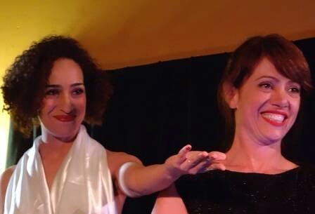 """As atrizes Aline Deluna e Bel Kutner fizeram a leitura de trechos da peça """"X, Y e S"""", de Antonio Quinet, no seu lançamento em livro/ Foto: divulgação"""