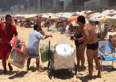 O flagrante da venda irregular de milho cozido na praia de Ipanema / Foto: colaboração de leitor