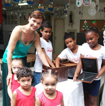 Julia Lemmertz com as crianças da Santa Terezinha, no sorteio da joia doada por Yara Figueiredo / Foto: divulgação