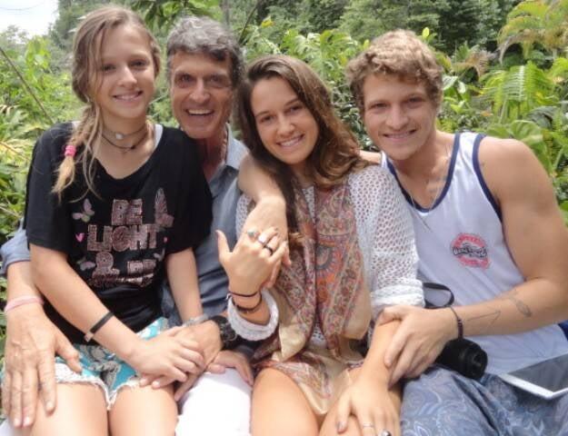 Klebér Tani com os filhos Isadora, Camila e Wayan: todos meditam desde cedo / Foto: Lu Lacerda