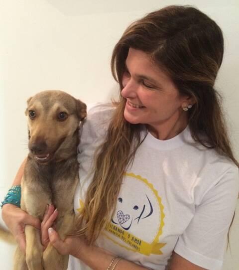 Cristiana Oliveira e seu cachorrinho Hugo, adotado  / Foto: divulgação