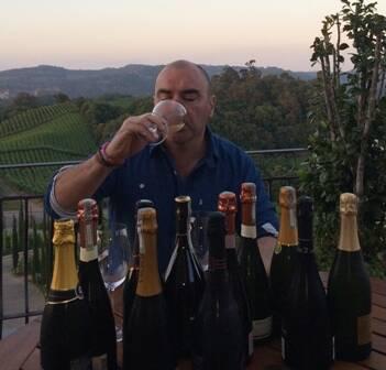"""Patricio Tapia e a degustação dos espumantes brasileiros no Spa do Vinho: """"Em pouco tempo, o avanço foi impressionante"""", afirmou / Foto: divulgação"""