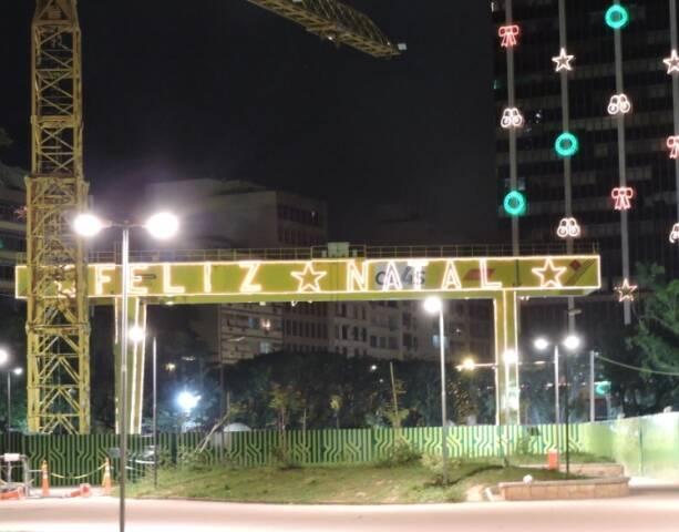 Além da iluminação festiva dos prédios comerciais próximo, a Praça Nossa Senhora da Paz ganhou um letreiro de Feliz Natal do Consórcio do Metrô / Foto: divulgação