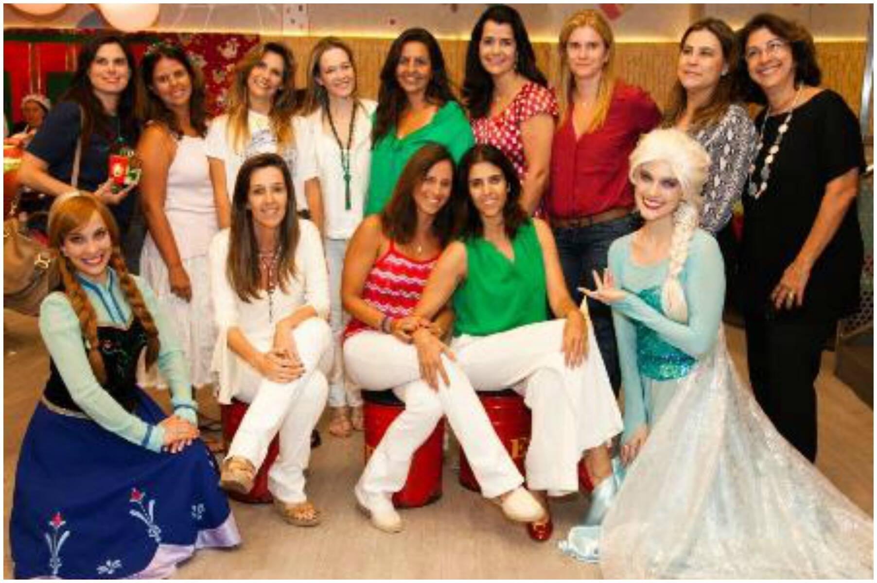 No alto, Renata Cordeiro Guerra, de blusa vermelha e branca, com Cristina Ferracciu e Maria Índio da Costa; acima, a equipe da festa e convidados reunidos / Foto: divulgação
