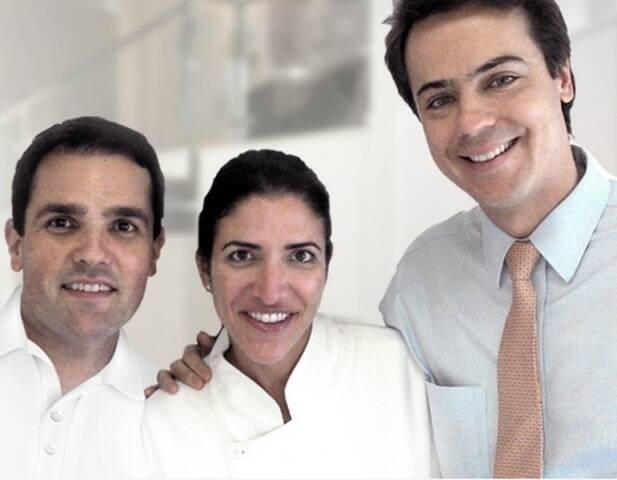 O dentista Gustavos Bastos, último à direita, com Rodrigo Alvipos e Thessia Fab, em foto publicada pelo Google / Foto: reprodução da internet