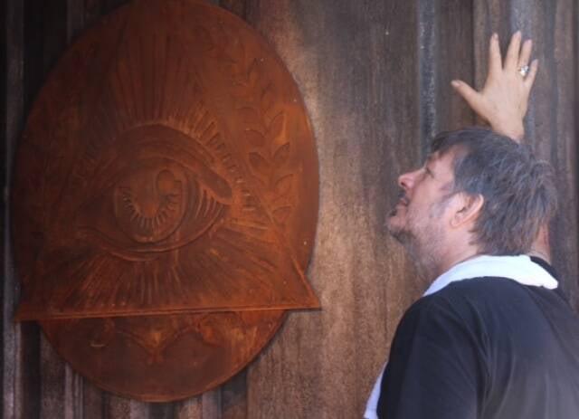 O artista plástico Sergio Marimba e uma de suas peças de aço feita para a marca/ Foto: divulgação