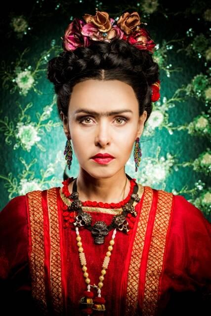 Leona Cavalli caracterizada como Frida Kahlo na peça de Maria Adelaide Amaral, que há dez anos, desde Chanel, não tinha um texto encenado nos palcos cariocas / Foto: Gabriel Wickbold