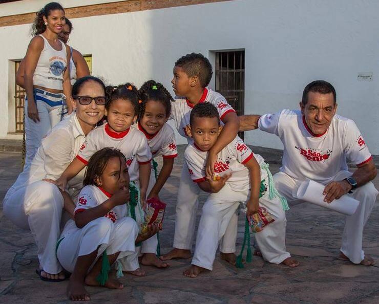 Na foto acima, Sonia Braga brinca com um baianinho; nesta foto, a atriz com o Mestre China e alguns dos seus alunos em Salvador