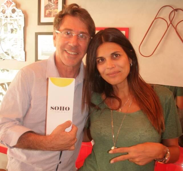 Jairo de Sender com Isabella Lemos de Moraes no Soho Café, no Leblon
