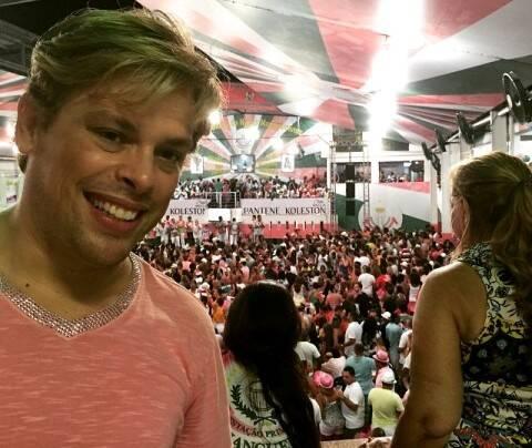 Bruno Chateaubriand no ensaioda Mangueira, esse sábado (24/01): finalmente liberado para frequentar escolas de samba / Foto: reprodução da internet